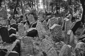 The Old Jewish Cemetery in Prague (whatafy.com)