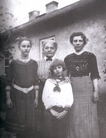Witold Gombrowicz, jego matka, babka (Aniela Kotkowska) i siostra Rena, Bodzechów, ok. 1913 r.