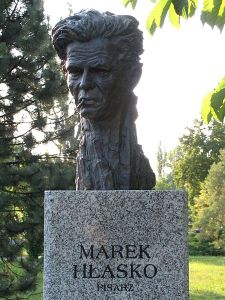 Popiersie Marka Hłaski w Alei Sław w Kielcach (fot. Paweł Cieśla)