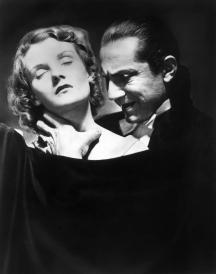 Mina Harker (Helen Chandler) w objęciach hrabiego Draculi (Bela Lugosi) - w kadrze z 1931 r.