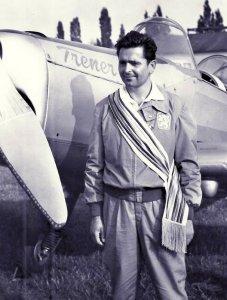 Ladislav Bezák - mistrz świata w akrobacjach lotniczych. W 1971 roku wraz z żoną i czwórką dzieci uciekł komunistycznemu reżimowi na pokładzie skonstruowanego przez siebie samolotu.